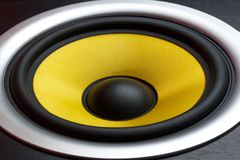 Желтая часть конца-вверх громкоговорителя диктора музыкального столбца стоковые фото