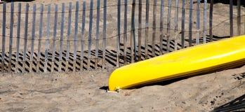 Желтая шлюпка в песке Стоковые Фото