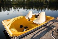Желтая шлюпка затвора летом на озере стоковые фотографии rf