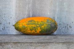 Желтая vegetable сердцевина на деревянной скамье Стоковая Фотография