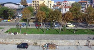 Желтея деревья в осени на взморье гуляют в Pomorie, Болгарии