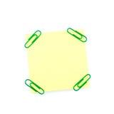 Желтое бумажное примечание с зелеными зажимами Стоковые Фото