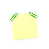 Желтое бумажное примечание с зелеными зажимами Стоковые Изображения