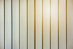 Желтое зарево солнца через закрытые вертикальные шторки на окнах стоковая фотография rf