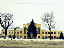 Желтое здание в фасаде зимы стоковые фото