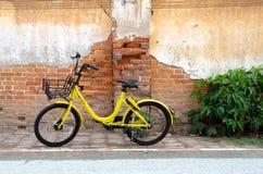 Желтое колесо черноты велосипеда стоковые фотографии rf