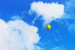 Желтое красочное горячее летание воздушного шара в небе Стоковые Изображения