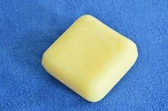 Желтое мыло и голубое полотенце Стоковое фото RF