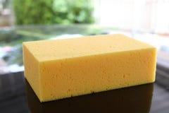 Желтое мытье подержанного автомобиля губки Стоковая Фотография