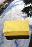 Желтое мытье подержанного автомобиля губки Стоковое Фото
