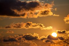 Желтое солнце на заходе солнца над карибским морем стоковые фотографии rf