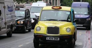Желтое такси в Лондоне акции видеоматериалы