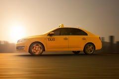 Желтое такси на движении иллюстрация штока