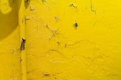 Желтое теплое топление на предпосылке слезать краску на стене стоковая фотография rf