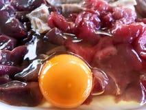 Желток и белизна в куче предпосылки сырого мяса стоковая фотография rf