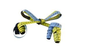Желтые голубые измеряя сантиметры, котор нужно связать в тесемке стоковые фото