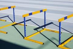 Желтые голубые скача барьеры на идущем следе стоковые изображения rf