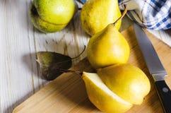 Желтые груши на деревянной предпосылке Стоковое Фото