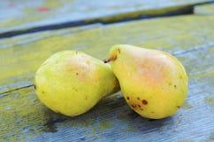 Желтые груши на желтой деревянной предпосылке Стоковые Фотографии RF