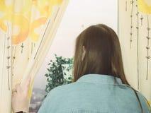 Желтые и белые цвет и картина на занавесе бутика от дома Стоковые Изображения