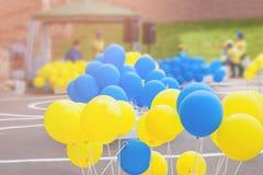 Желтые и голубые воздушные шары на празднике Дня независимости на солнечный день Стоковые Фотографии RF