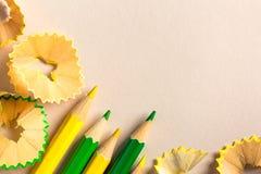 Желтые и зеленые карандаши и shavings Стоковые Изображения