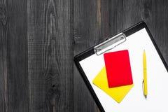 Желтые и красные карточки рефери на деревянном copyspace взгляд сверху предпосылки Стоковые Изображения