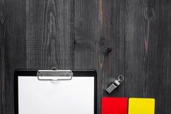 Желтые и красные карточки и свисток рефери на деревянном copyspace взгляд сверху предпосылки Стоковое Изображение RF