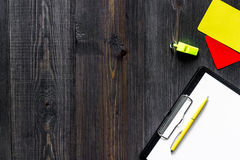 Желтые и красные карточки и свисток рефери на деревянном copyspace взгляд сверху предпосылки Стоковое Фото