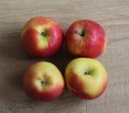 Желтые и красные свежие голландские яблоки джаза на деревянной предпосылке стоковые изображения rf