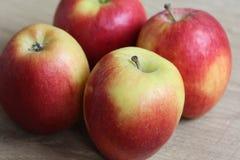 Желтые и красные свежие голландские яблоки джаза на деревянной предпосылке стоковые фотографии rf