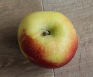 Желтые и красные свежие голландские яблоки джаза на деревянной предпосылке стоковая фотография rf