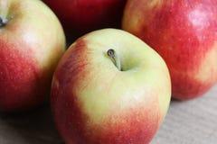 Желтые и красные свежие голландские яблоки джаза на деревянной предпосылке стоковые изображения