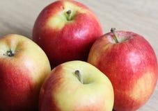 Желтые и красные свежие голландские яблоки джаза на деревянной предпосылке стоковое фото rf