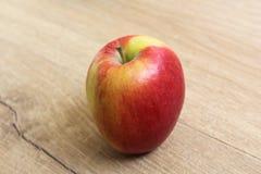 Желтые и красные свежие голландские яблоки джаза на деревянной предпосылке стоковое изображение