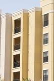 Желтые кондо с балконами ковки чугуна Стоковые Изображения