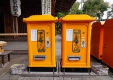 Желтые коробки почты на старом городке Стоковое Фото