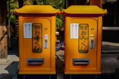 Желтые коробки почты на старом городке Стоковые Фото