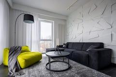 Желтые кресло и таблица мешка стоковое изображение