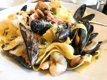 Желтые макаронные изделия с итальянской кухней морепродуктов стоковые изображения rf