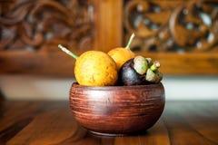 Желтые маракуйи и мангустан в деревянном шаре Стоковое фото RF