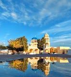 Желтые местные церковь и колокольни в Oia, Santorini, Греции, w Стоковое Изображение RF