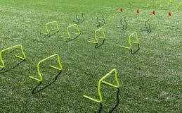 Желтые мини барьеры и оранжевые конусы на поле дерновины стоковая фотография rf