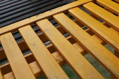 Желтые нашивки древесины в парке в слайдере вверх по стороне Стоковая Фотография