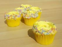 Желтые пирожные с брызгают стоковые фотографии rf