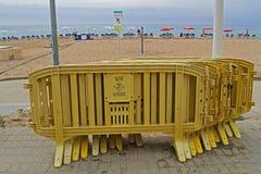 Желтые пластичные загородки стоят около пляжа в Calella стоковое изображение rf