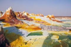 Желтые серные вулканы испуская токсический газ заволакивают, депозиты серы белые и пустыня Danakil зеленых цветов, Afar таз в nor Стоковое фото RF