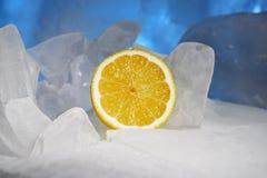Желтые сочные свежие лимоны замерзают на красивом голубом льде, морозной свежести стоковая фотография rf