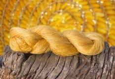Желтые сырцовые отбеленные волокна шелка не пока Стоковая Фотография