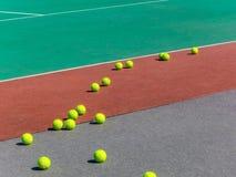 Желтые теннисные мячи на поле тенниса большой теннис стоковое фото rf